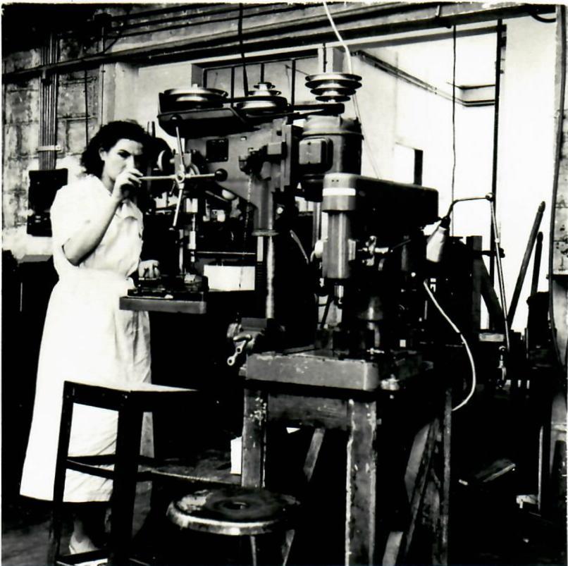 Une ouvrière dans l'usine L.E.M