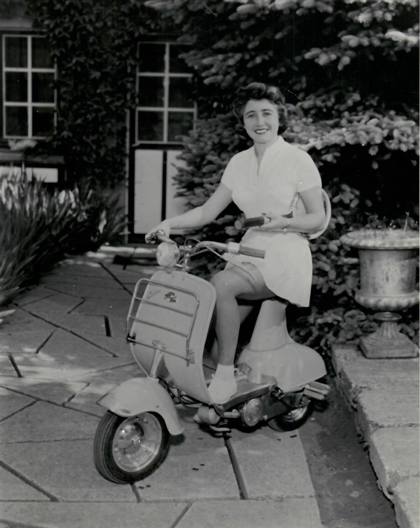 Jeune femme sur un scooter Bernardet,  1953